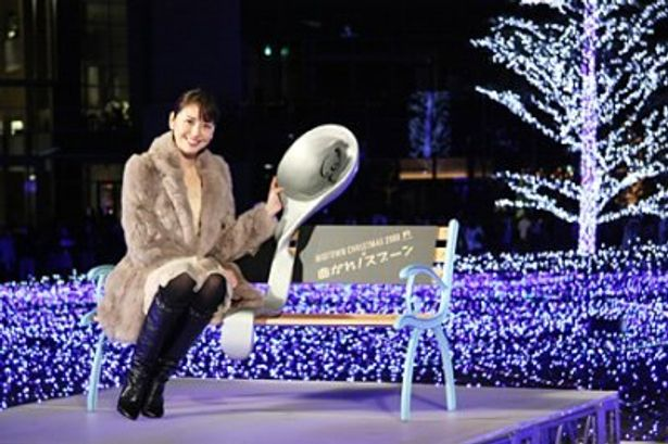 映画の公開を記念して、「曲がれスプーン!特製ベンチ」を贈呈した長澤まさみ