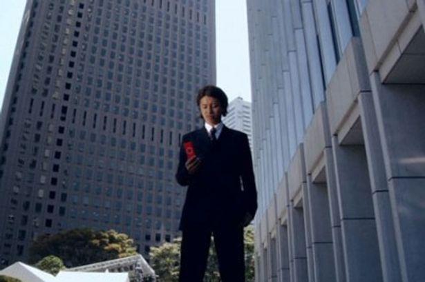 オフィス街の一角にたたずむ主人公・狩矢俊光