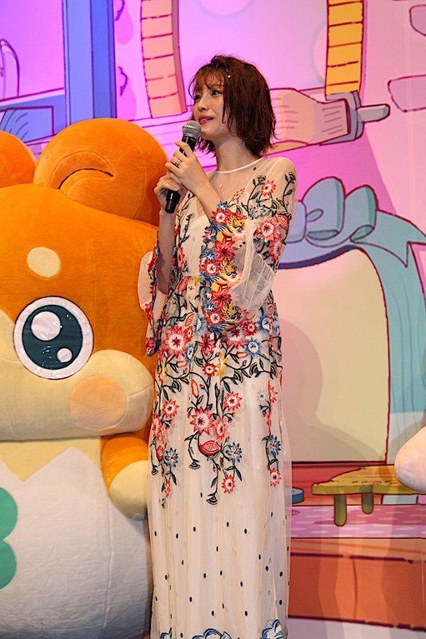 【写真を見る】木下優樹菜、シースルー&花柄刺繍のドレスが素敵!