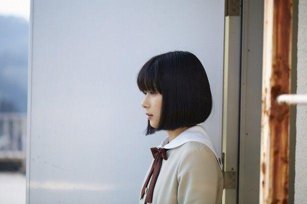 芳根京子扮(ふん)する成瀬順が物憂げな表情で屋上に