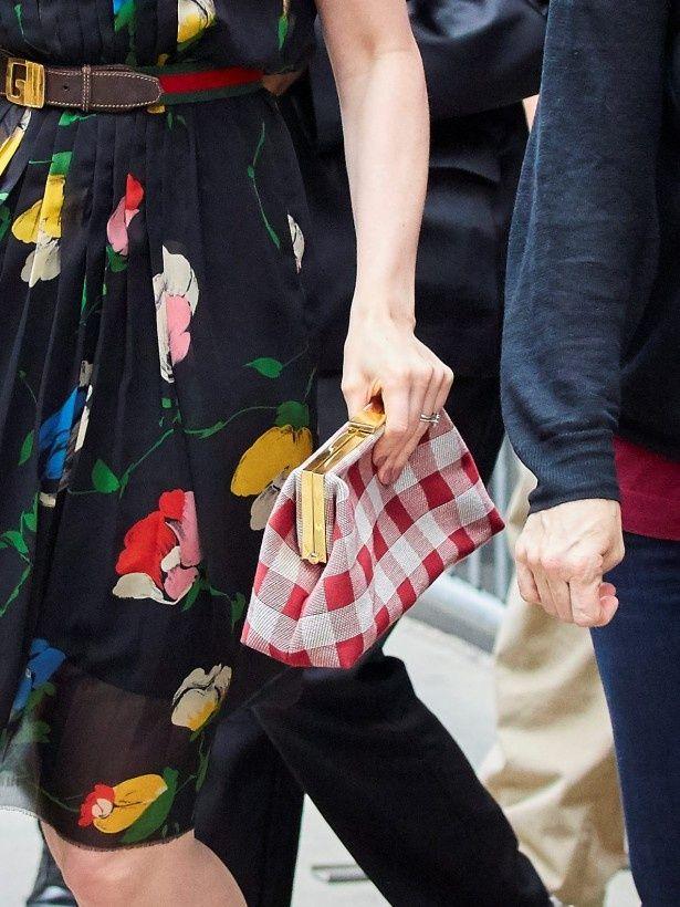 赤と白のクラッチバックは、黒いドレスに似合わない?