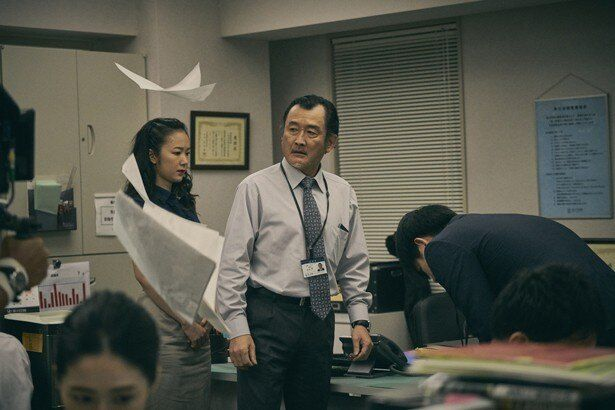 【写真を見る】吉田鋼太郎が怪演!部下を殴り、恫喝するパワハラ上司