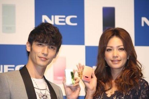 NEC2009年冬モデルの携帯電話を持った玉木宏さんとRINAさん