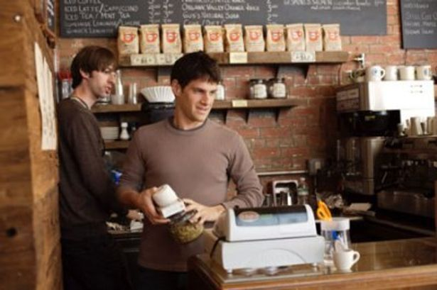 カフェで働いている最中のアラム