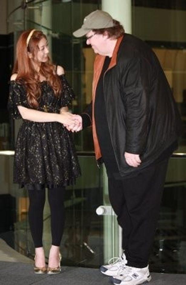 ゆうこりんと笑顔で握手するムーア監督