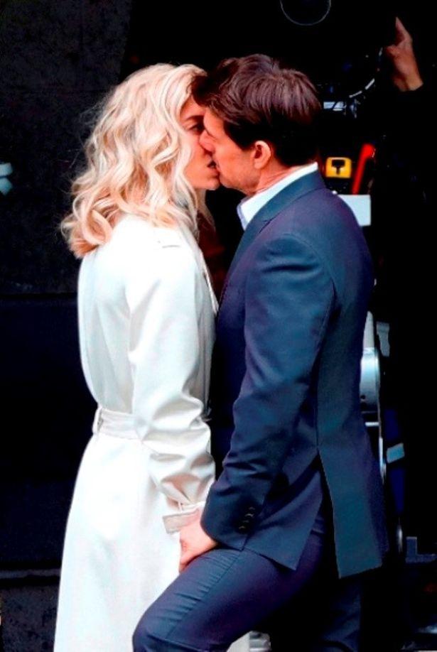 【写真を見る】ロマンスが囁かれている『MI:6』共演のヴァネッサ・カービーとのキスシーン撮影風景