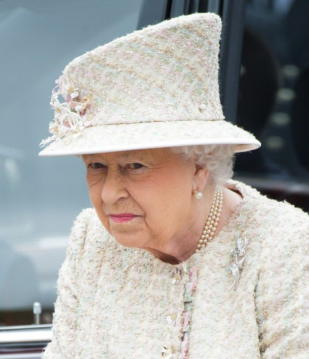 エリザベス女王、孫カップルのキス写真に激おこ!