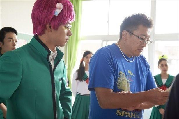 緑の制服とピンクの髪色が印象的。制服の生地とカツラ選びにはこだわった