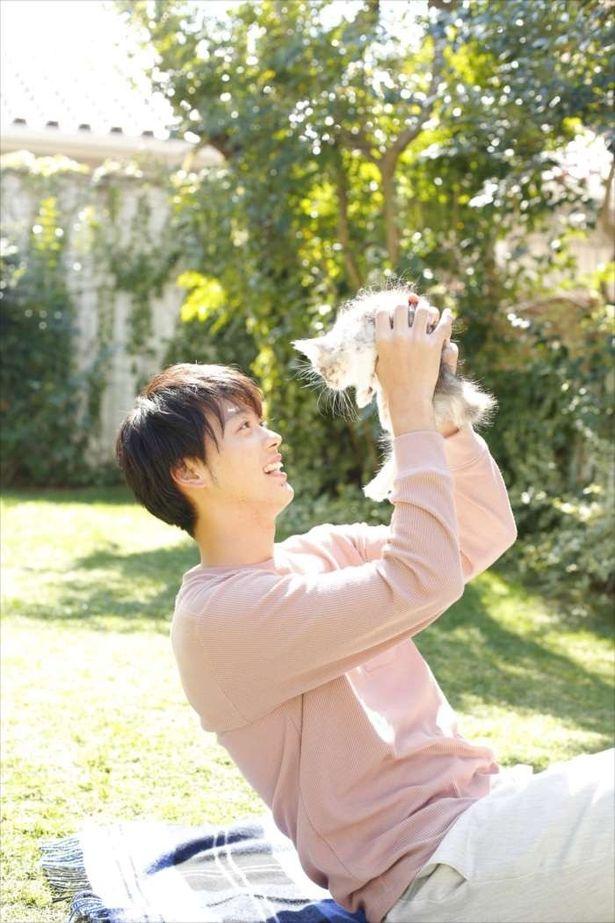 子ネコを抱っこする竹内涼真