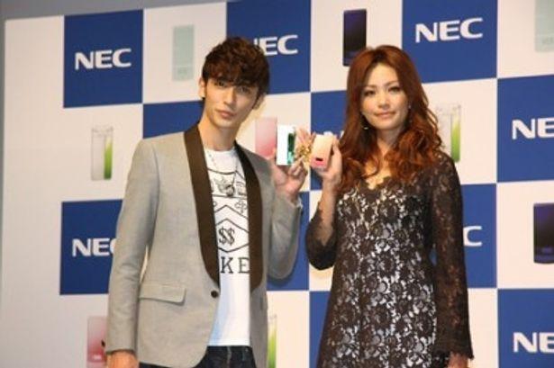 NECの携帯電話新商品発表会に出席した玉木宏とRINA