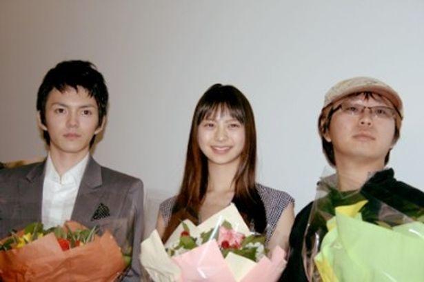 映画「RISE UP」の初日舞台あいさつに出席した林遣都、山下リオ、中島良監督(写真左から)