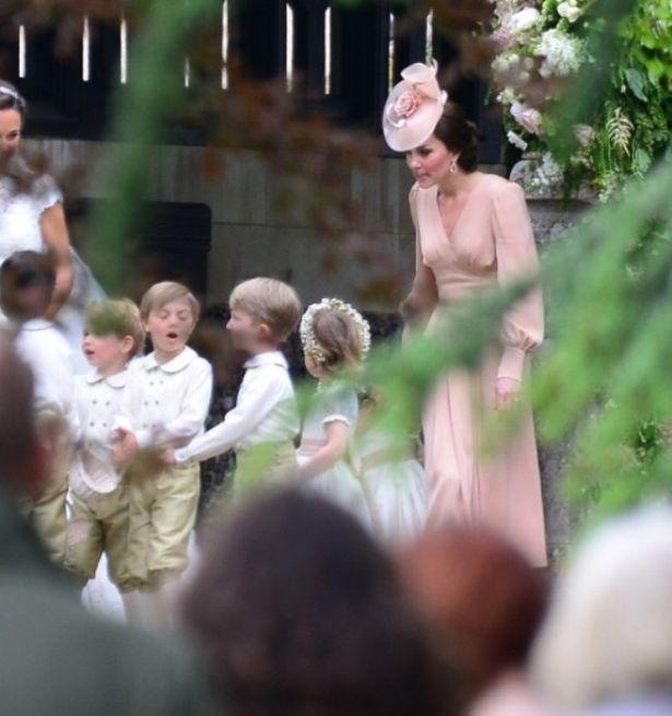 【写真を見る】挙式中のキャサリン妃を激写