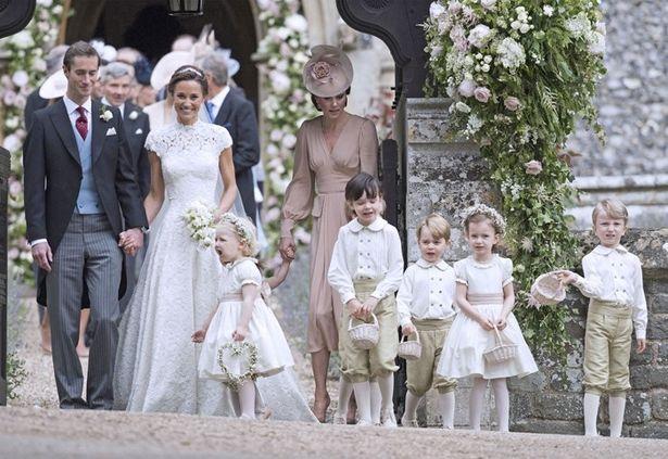 ジョージ王子、もしかしてこのときにドレスの裾に乗っちゃった?
