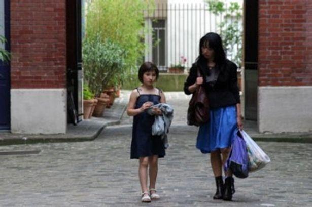 パリ郊外を舞台に、少女たちの友情が描かれる