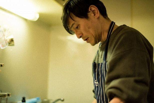 【写真を見る】お父さん役の渡辺俊美も高校生の息子のために3年間お弁当を作り続けた経験を持つ