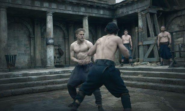 アーサーを演じたチャーリー・ハナムが9キロ増量!美しい肉体に注目