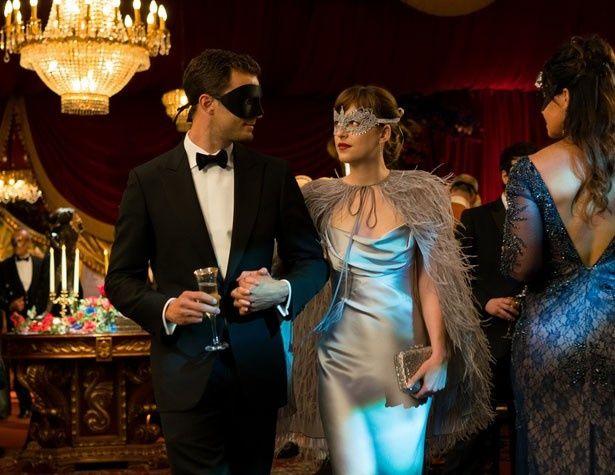 仮面舞踏会のようなパーティを抜け出し…