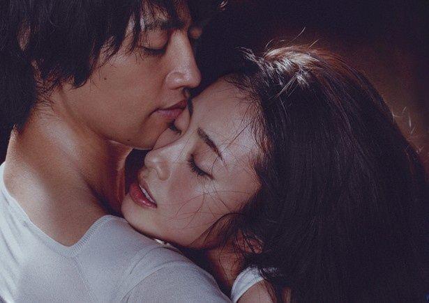【写真を見る】固く抱き合う上戸彩と斎藤工。恋する二人の表情が実に艶やかだ