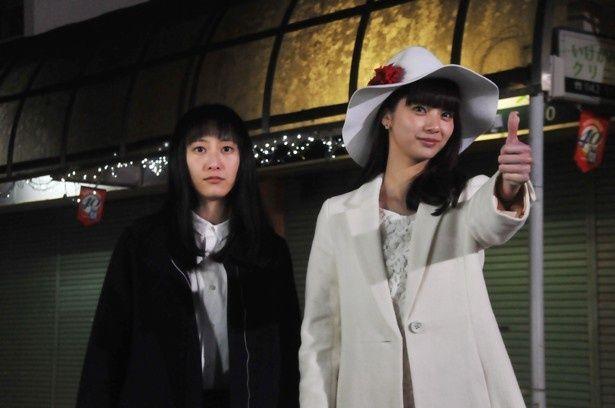 【写真を見る】セラピストのラブ(新川優愛)が白いハットをかぶったかと思えば…