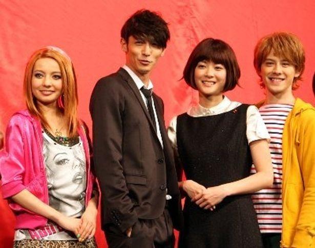 左から:ベッキー、玉木宏、上野樹里、ウエンツ瑛士。のだめのキャストが劇中の衣装で登場