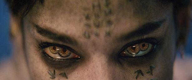 【写真を見る】邪悪なモンスターと化した古代エジプトの王女アマネットの瞳も4つ
