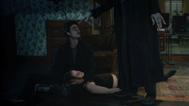 エリオットは屋敷にあった古い机の裏を見て、バイバイマンの名を知ってしまう