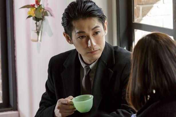 吉岡と喫茶店で話し込む古海は、共同経営の話を彼女に持ちかける