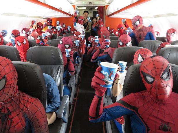 スパイダーマンのコスプレをした人たちが機内をジャック!