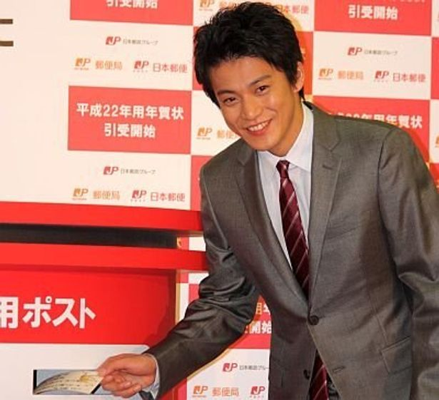"""年賀状を投函する小栗さん。中学生時代に共演した俳優・竹中直人さんとは""""年賀状友達""""だとか。「年賀状が届くと1年の始まりが気持ちいい」と語った"""