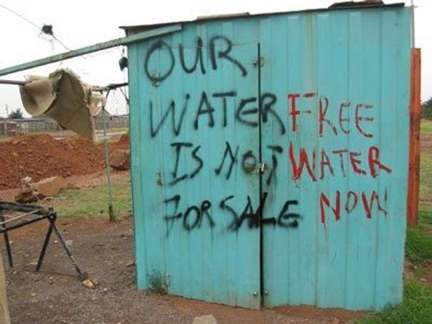 プレハブ小屋にも抗議のメッセージが