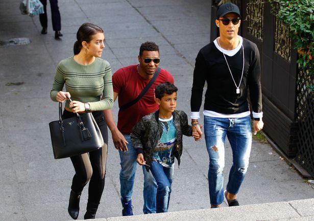 【写真を見る】息子と恋人ジョルジーナとともにマドリードでショッピングを楽しむロナウド