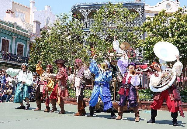 音楽好きな海賊たちが組んだブラスバンドに、ジャック・スパロウが飛び入り参加!