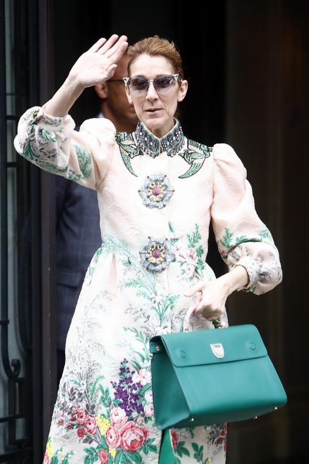 セリーヌ・ディオンが奇抜なファッションでパリを闊歩!?
