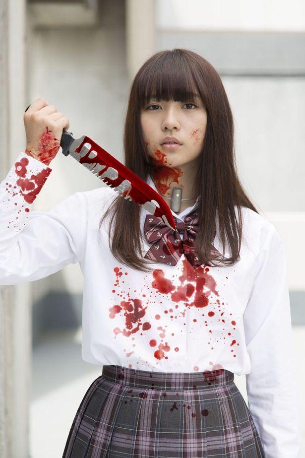 返り血を浴び、サバイバルナイフを手にした浅川演じる小池萌