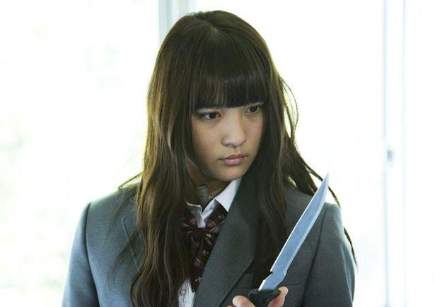 【写真を見る】ナイフを見つめるその目つきがやばい?