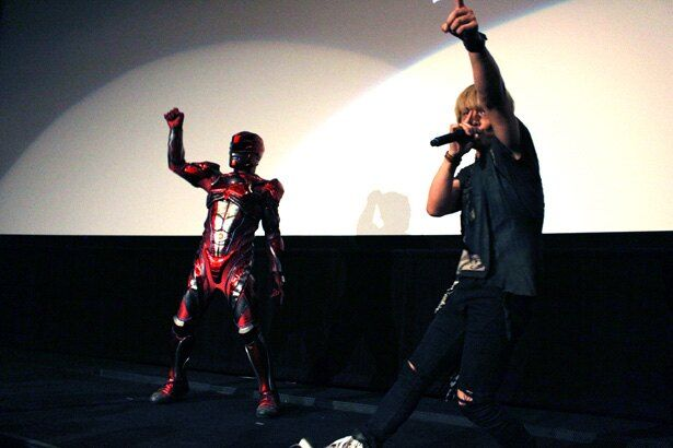 遠藤正明と並び、マスクの奥でレッドレンジャーも「Go Go Power Rangers」を熱唱!?
