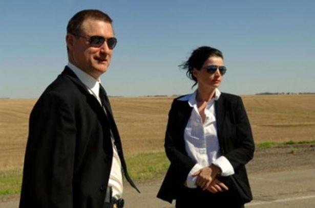 現場に到着する2人のFBI捜査官。物語はここから始まる