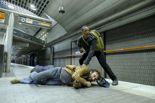 CTUでは分析官たちが、地下鉄や街中などにある監視カメラの映像を使って、主人公エリックの追跡をサポートする