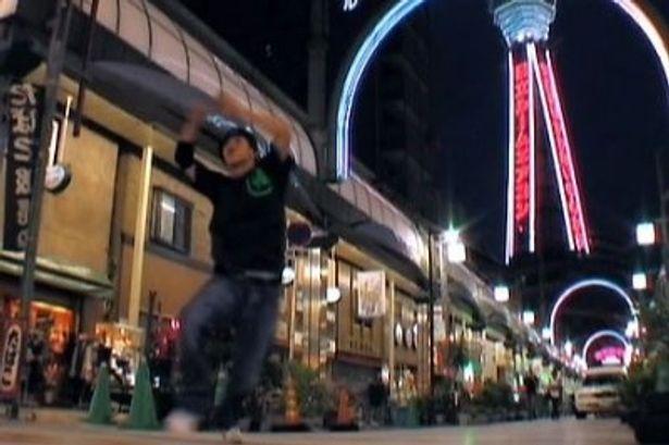 大阪の通天閣をバックにダンス