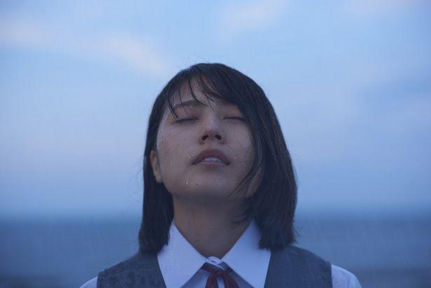 高校教師の葉山(松本潤)に思いを寄せる泉(有村架純)