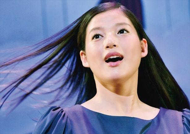 石井杏奈演じる菜月が舞台で切ない思いを歌い上げる「心が叫びたがってるんだ。」