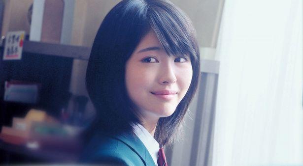 【写真を見る】桜良役の浜辺美波は、天真爛漫ながらもどこか儚げな表情を見せる