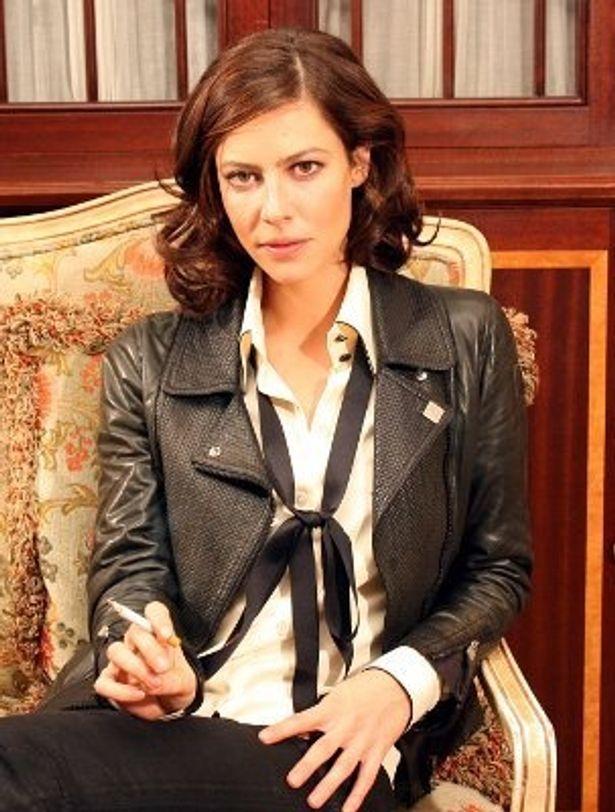 キャンペーンで来日したアナ・ムグラリス。劇中のシャネル同様、タバコも似合う!