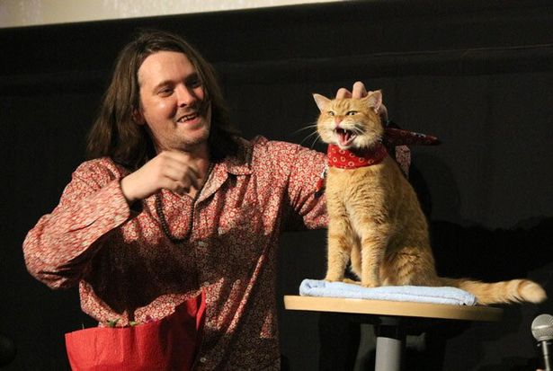 『ボブという名の猫 幸せのハイタッチ』の原作者ジェームズ・ボーエンとネコのボブが初来日