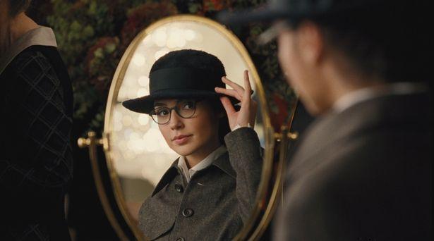 初めて見る眼鏡に興味津々のワンダーウーマン