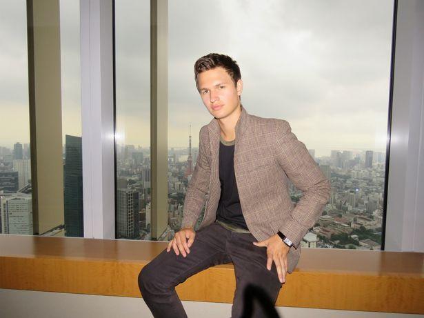 インタビューに応える注目の若手俳優アンセル・エルゴート