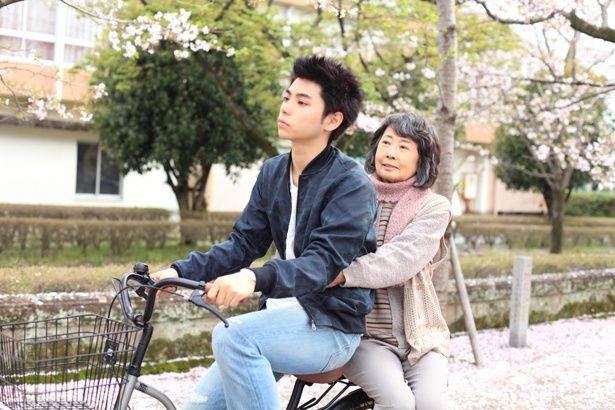 『春なれや』での、村上と吉行和子が桜並木を通り抜ける場面は壮麗