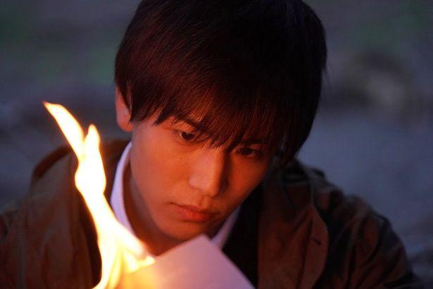 岩田剛典の単独初主演作『去年の冬、きみと別れ』。本作でルポライターを演じる