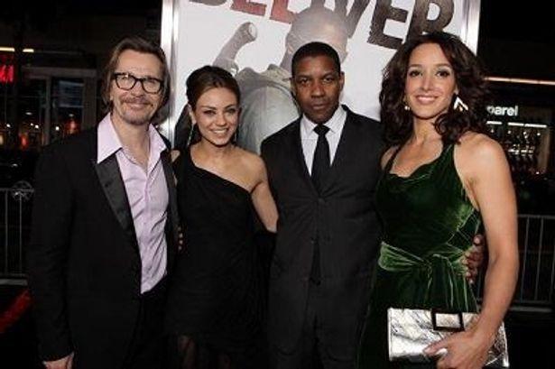『ザ・ウォーカー』のプレミアに集った俳優陣。左からゲイリー・オールドマン、ミラ・クニス、デンゼル・ワシントン、ジェニファー・ビールス