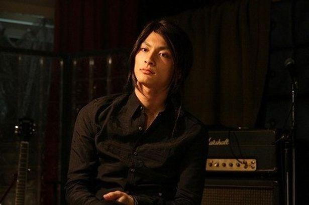 赤西仁主演、小林武史監督作『BANDAGE バンデイジ』では、長髪のクールなギタリスト役に!